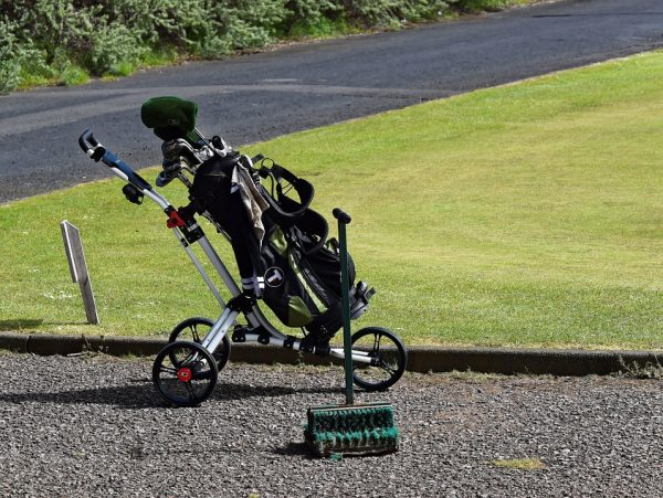 Le chariot de golf électrique, un véritable moyen de transporter les accessoires de golf